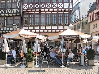 De altstadt van frankfurt ligt aan de rivier main. aan de kade liggen