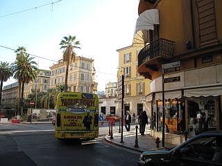59aef0913ddce6 De meeste winkels hebben net zoals in de meeste steden in Italië een lange  lunchpauze van 12.30 tot 15.30. Als u dan door het oude centrum La Pigna  loopt ...