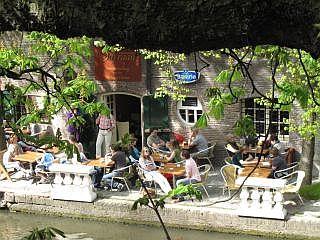Uiteten langs een gracht in Utrecht